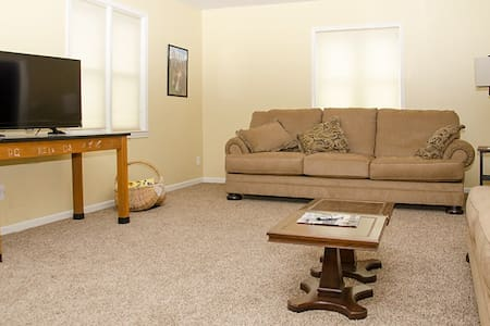 Comfortable apartment on Main Street USA. - Appartement