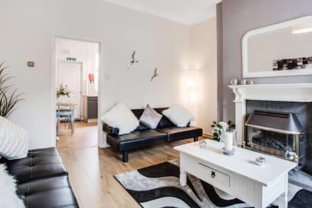 MODERN HOUSE Sleeps 4 - Oldham