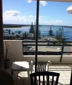 Fabulous 2 bedroom unit, short walk to town,club,shopping,fishing. Top floor views of river & beyond.  CD player, TV, video, DVD player, complex pool, lock up garage & great outlook. The apartment is welcoming and you will love your holiday.