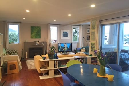 Sunny, cosy private room minutes from Manly Beach - Haus