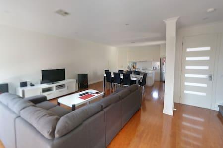 Brand new house/35m. CBD/ 7m. beach - Rumah