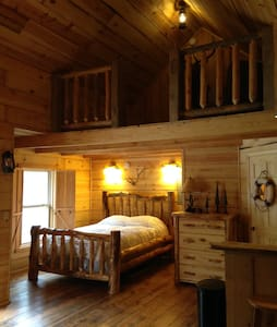 """Antlers Lodge"" Private Cabin - Stuga"