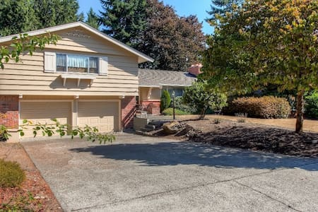 Relaxing 3BR Fircrest Home - House