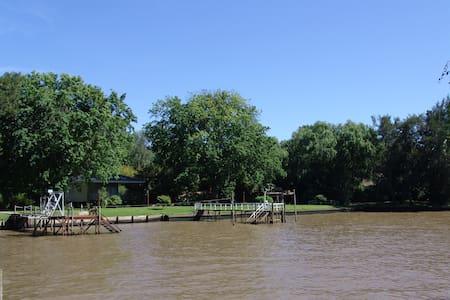 Comoda casa sobre el rio con muelle propio - Tigre