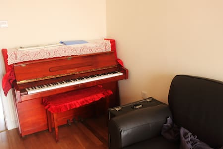 Cozy apartment with piano and feather sofa - Apartment
