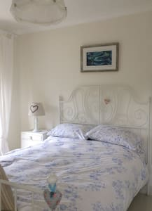 Double bedroom in character cottage - Stoke Saint Michael - House