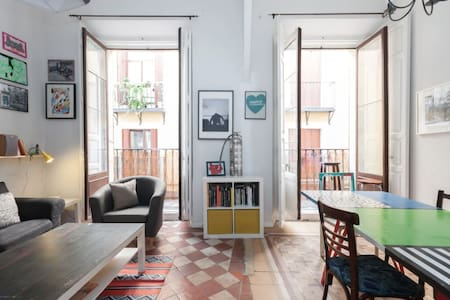 Lofted room in artist apartment in Madrid's heart. - Apartment