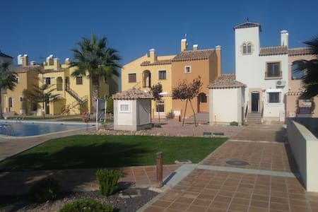 Gated community townhouse with pool, gardens, wifi - Complexo de Casas