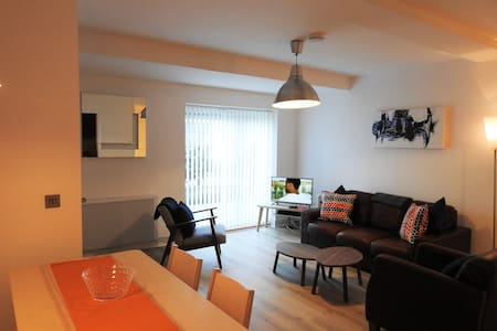 Townhouse At The Centre Of All Things Galway - Galway - Stadswoning
