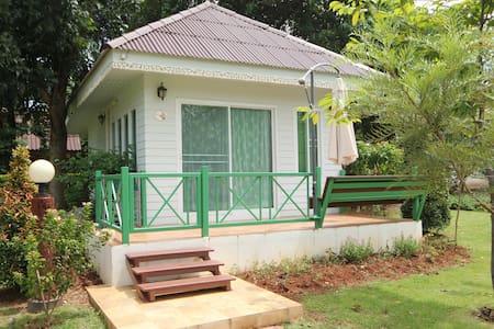 Cozy Bungalow @ base of Khao Yai National Park - Aamiaismajoitus