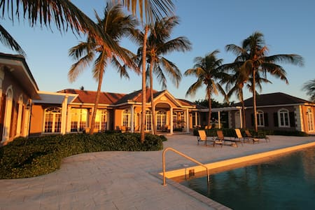 Island Luxury at its Best- 3 bdrm Oceanfront Villa - West End - Huvila