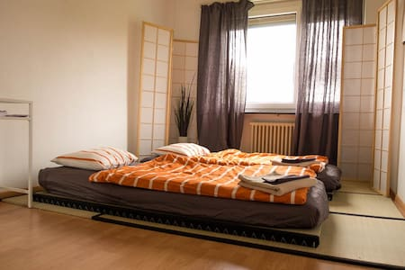 Quiet room with desk and wifi 20 min from center - Zurych - Apartament
