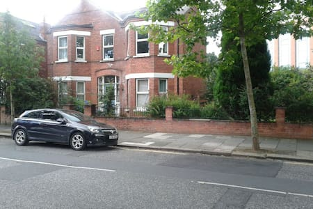 1 King size bed near city center and University. - Belfast