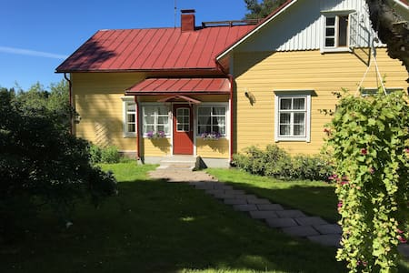Charming Old Farm House by the River - Hamina - Bed & Breakfast