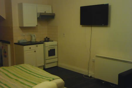 Studio flat in Luton 16 minutes to airport - Luton - Apartment