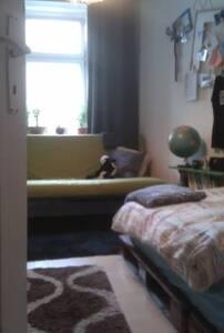 Zimmer in gemütlicher 3 er WG =) - Apartment
