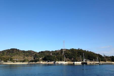a.Mukaejima away 100m from Naoshima - Casa