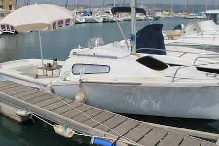 Room type: Entire home/apt Bed type: Real Bed Property type: Boat Accommodates: 2 Bedrooms: 1 Bathrooms: 1