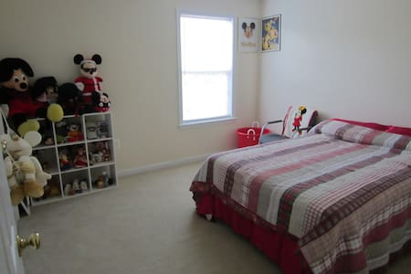 A comfortable bedroom with a bathroom in the heart of Columbia! Located in a quiet neighborhood, it is perfect for short term rentals for internships, medical rotations or temporary job training!! I am happy to accommodate your needs.