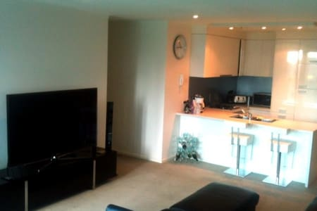 Room @ Gorgeous Southbank Apartment - Southbank - Daire
