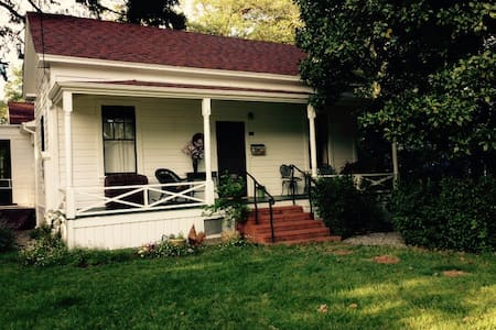 Historic home in a lovley  location near downtown - Ev