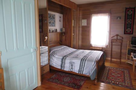 chambre spacieuse chez l'habitant - House