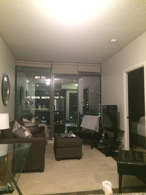Living room/large-sized balcony
