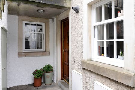 Situated in the heart of St Andrews with its numerous golf courses, university, wonderful beaches and coastal walks.The apartment has an enclosed courtyard garden, is pet friendly and has free Wi-Fi.  Perfect for couples, families and golfers alike.