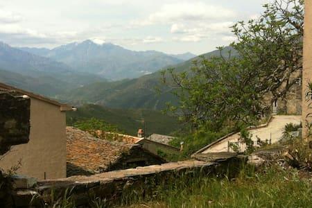 Studio dans maison de village Corse - Huis