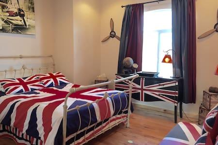 Upstairs View, Queen Bed, British Decor, Quiet Fan - Kanab - Ház