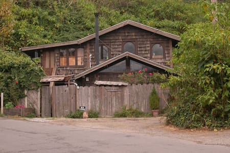 Enter a fairytale,a miniature Hobbit House Charming cozy, handmade, artful,rustic redwood cottage with redwood and old fashioned arched windows, antiques, unique branch staircase to airy views of Bolinas Ridge. Great for a family or artistic retreat.