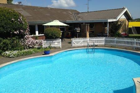 Rummelig villa med stor pool