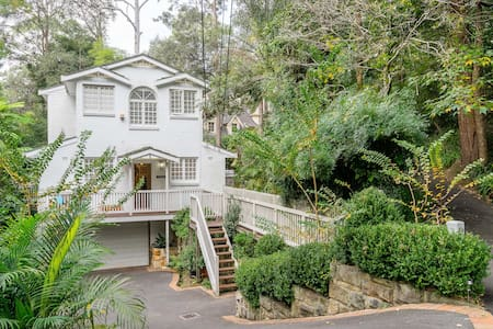 Quiet, centrally located family home. 30m to city. - Pymble - House