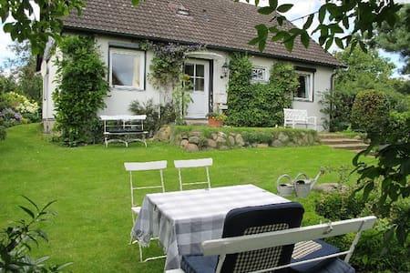 helles Doppelzimmer m. Vordergarten - Bed & Breakfast