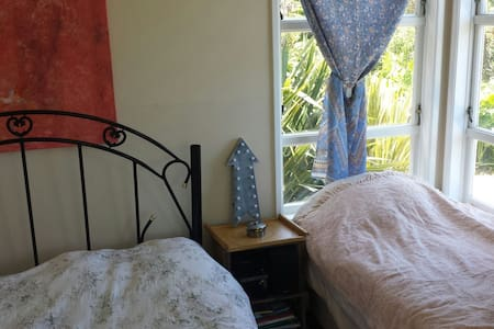 Bush & seaviews - sleeps 3! - Bethells Beach