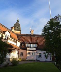3 rok granne med Strängnäs Domkyrka - Apartment