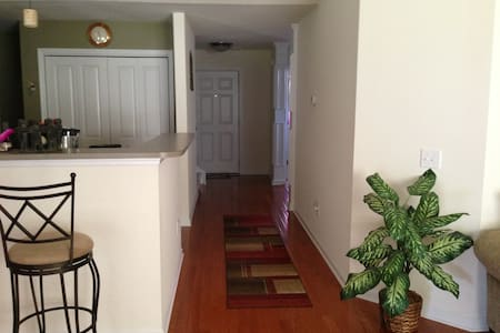 Cozy 3BD Home w/ Screened-In Patio - Summerville - Casa