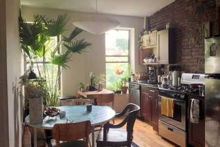 Very well located, close from metro station, supermarket and all kind of bars and restaurant. This room is part of a shared apartment. 3 rooms total, everyone is pretty laid back, included our cat and fishes.