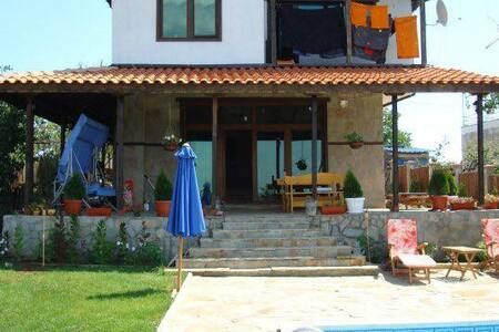 Family house with pool for 6/8. - Varna