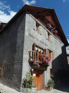 Ancien Hotel, Artists. Room 9 - Saint-Dalmas-le-Selvage - Bed & Breakfast