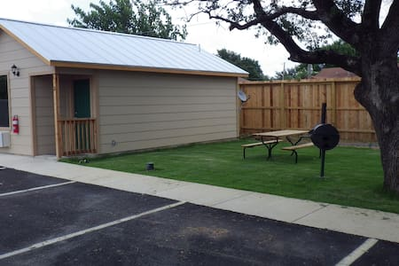 Your own spacious cabin - Pleasanton - Stuga