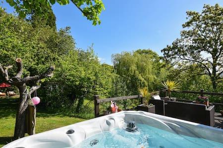 Charming Barn Apartment + hot tub