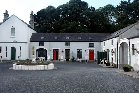 The Coach House in  Manor Courtyard - Ballyglunin