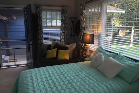 Very private, charming room, minutes to downtown! - Haus