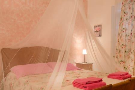 """B&B Nel Giardino di Alice """"La Rosa"""" - Gavorrano - Bed & Breakfast"""
