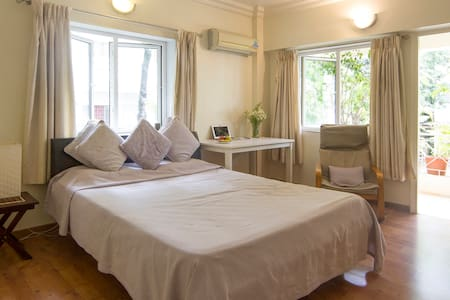 Clean, Quiet room with ensuite bath, Koregaon Park - Pune