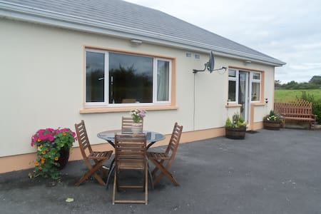 Comfortable modern cottage in quiet scenic location. A fantastic base from which to explore The Wild Atlantic Way. Situated at the gateway to the Burren and 30 minutes from Galway city and 2km, outside the beautiful village of Kinvarra.
