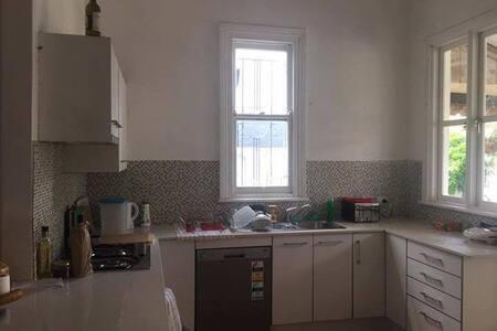 Bright spacious room in fun sharehouse! - Petersham - Casa