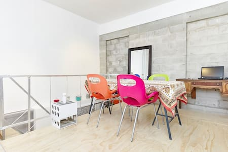 Cozy charming loft on quiet lane in heart of Toronto - full kitchen, close to shops, waterfront, and public pool.  Steps from subway.  Close to Greek Town, Little India, and Beaches.  10min to downtown.