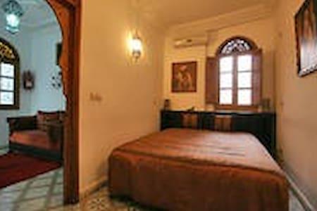 RIAD MOUNA Chambre Privée Fenêtre - Bed & Breakfast